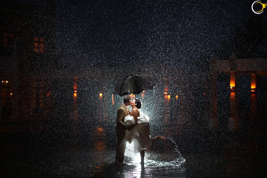 bruidspaar in de regen