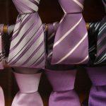 Voor de stropdas dragende bruidegom