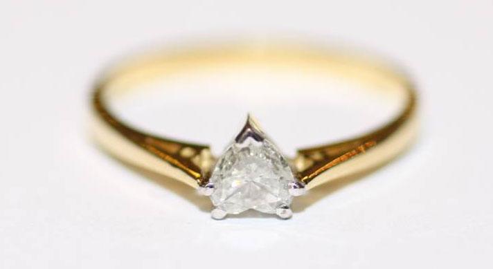 gouden trouwring met hartvorm diamant