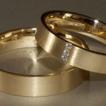 Bij ons trouwen kwam de schittering van de ringvingers