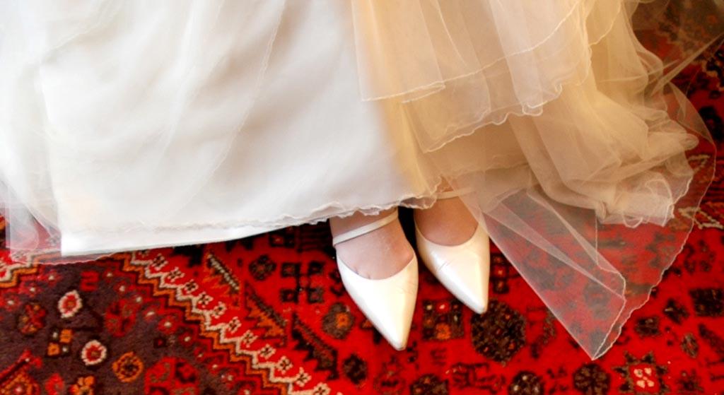 bruid-met-witte-trouwshoenen