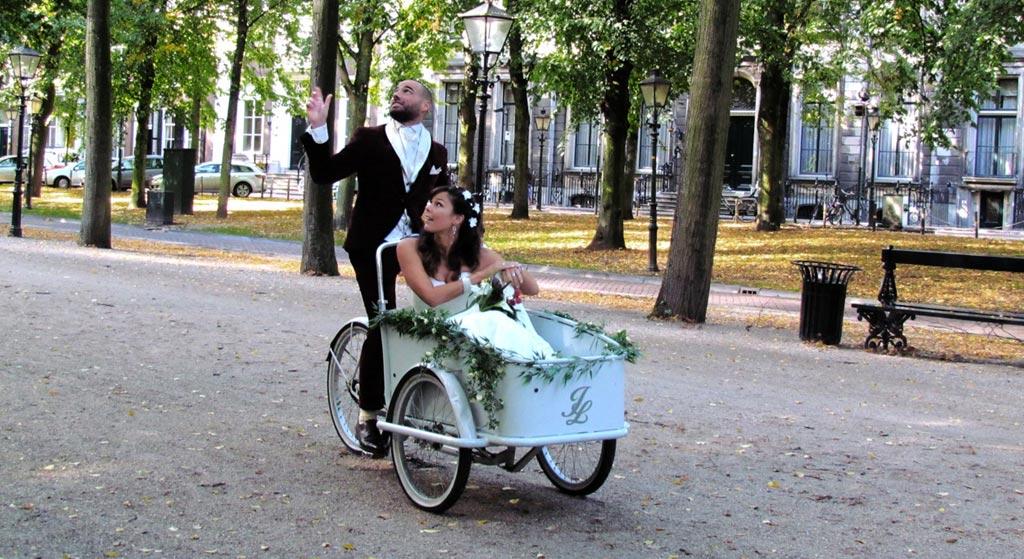 bruidspaar-in-een-bakfiets