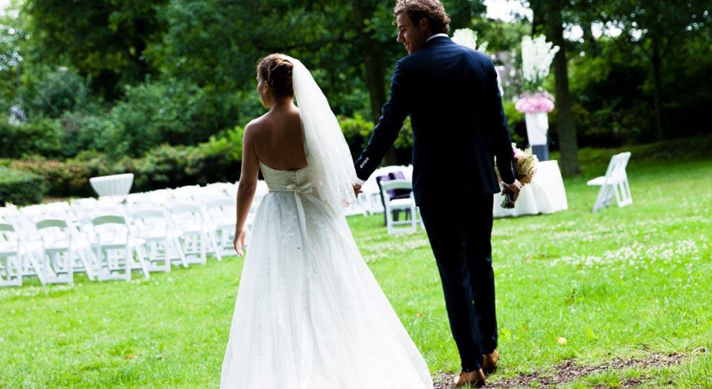 bruidspaar-bekijkt-decoratie