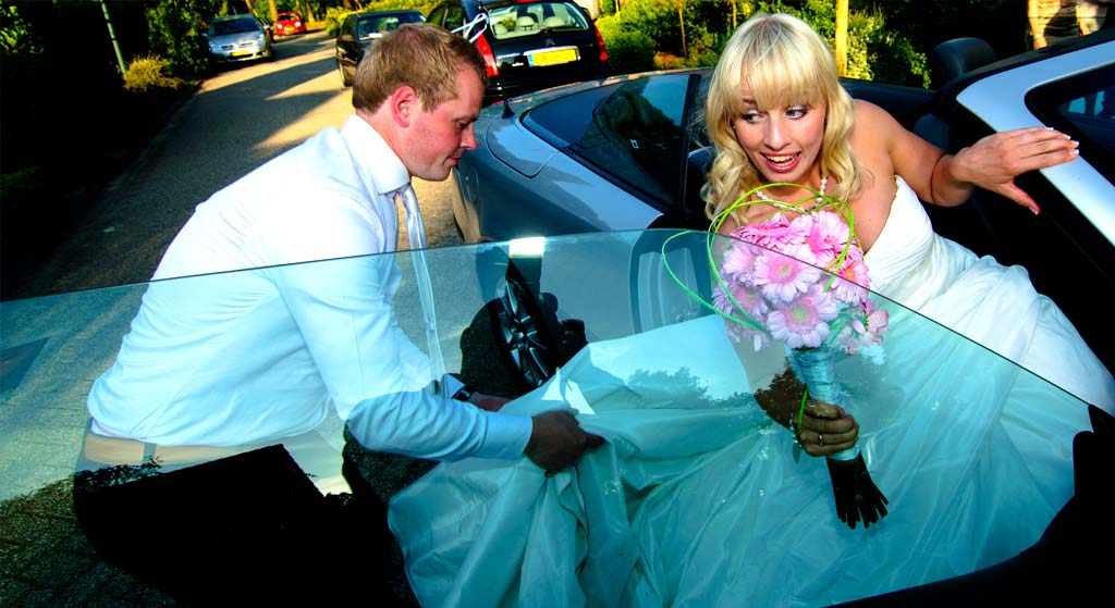 bruid-met-boeket-stapt-uit-auto
