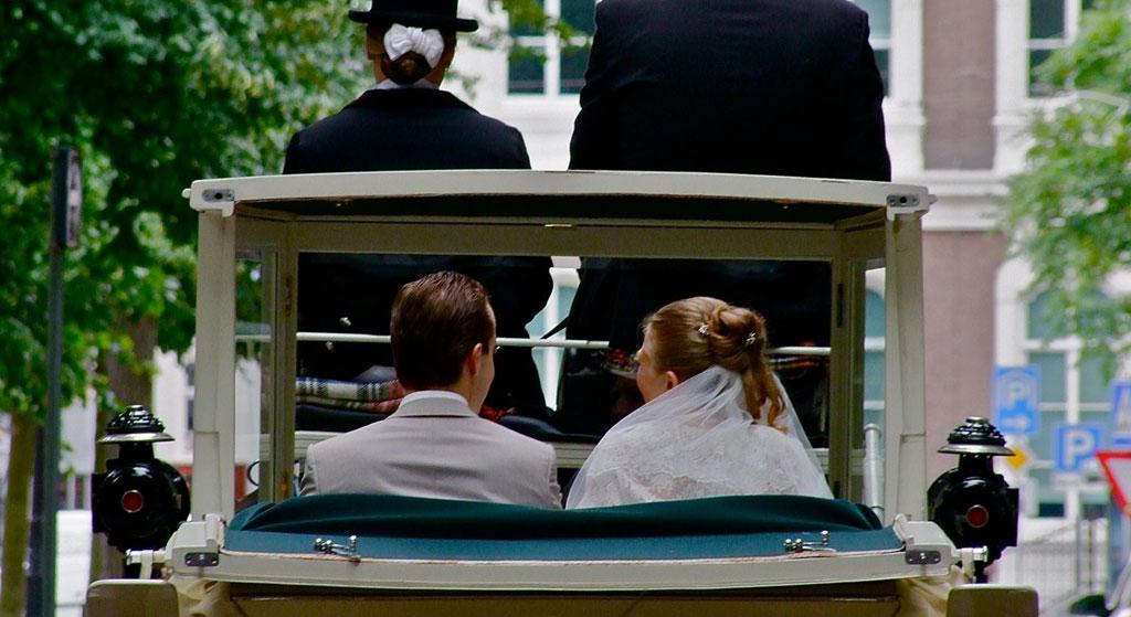 bruidspaar trouwkoets