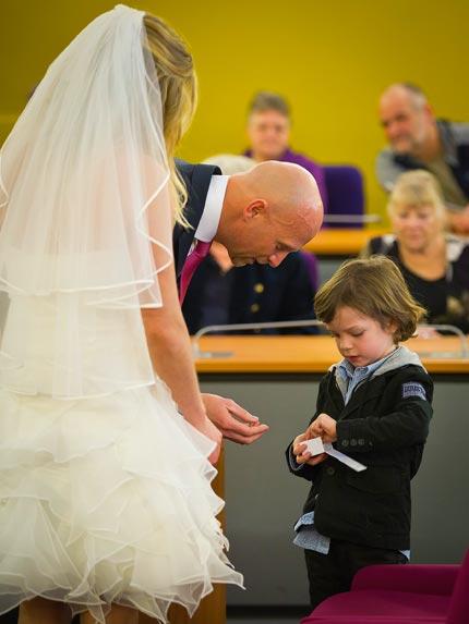 bruidspaar-kind-trouwringen