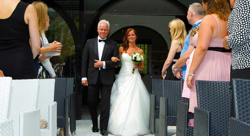 Bruid weggeven door vader links of rechts