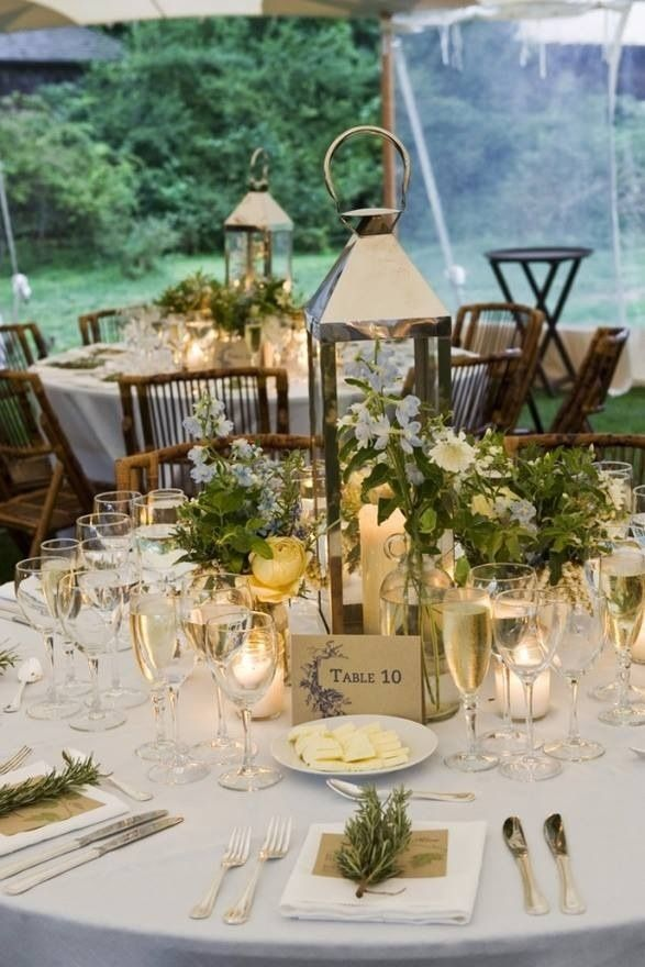 feestelijk gedekte tafels