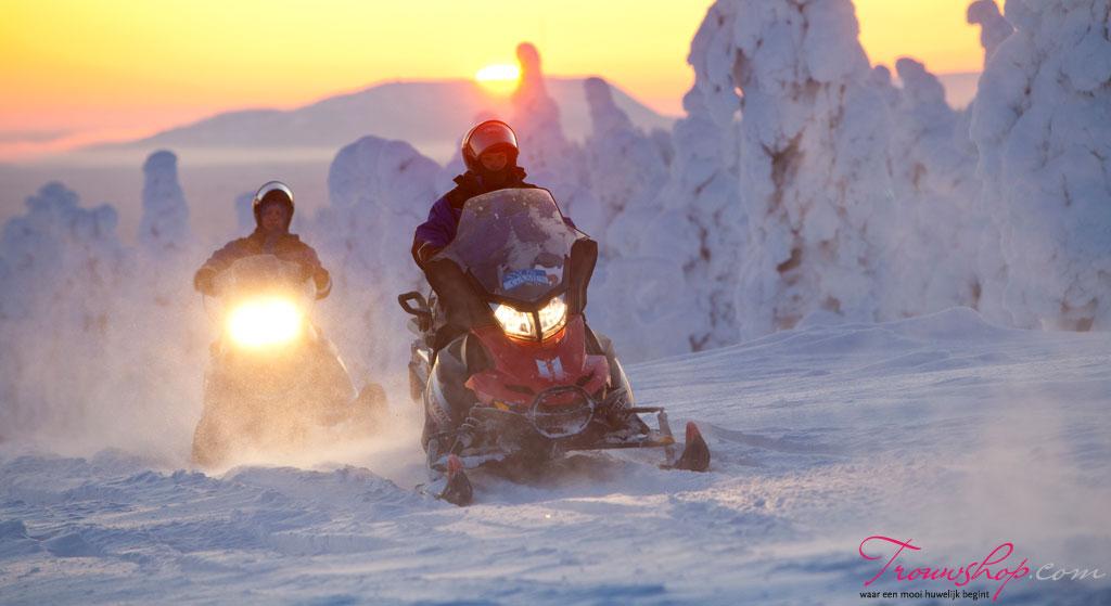 bruidspaar-sneeuwscooter-lapland