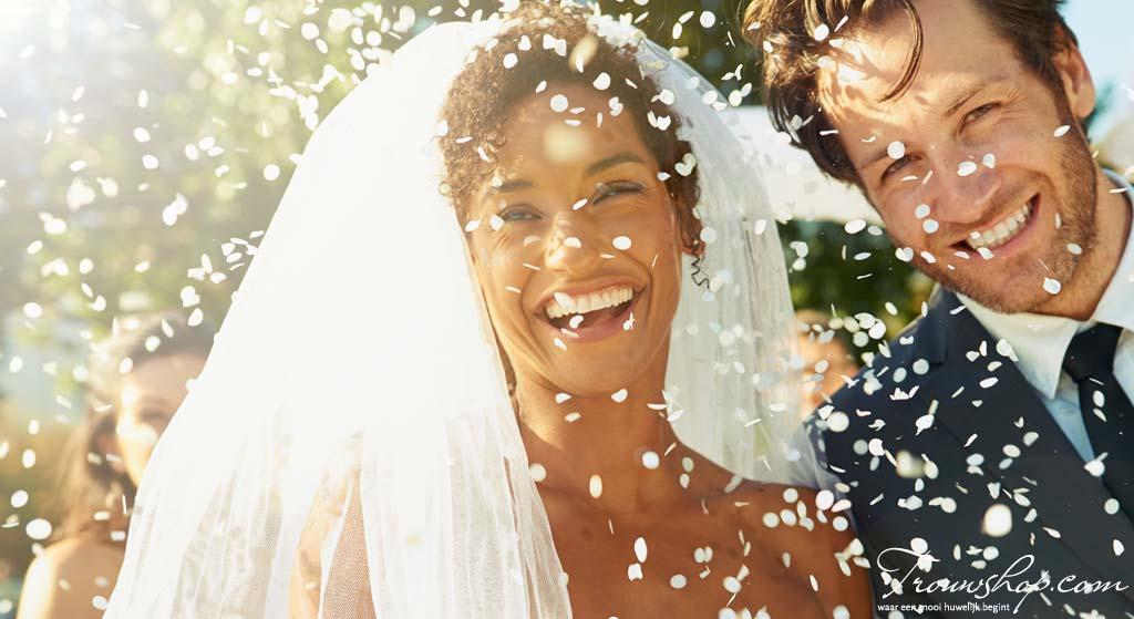bruiloft-bruidspaar-confetti
